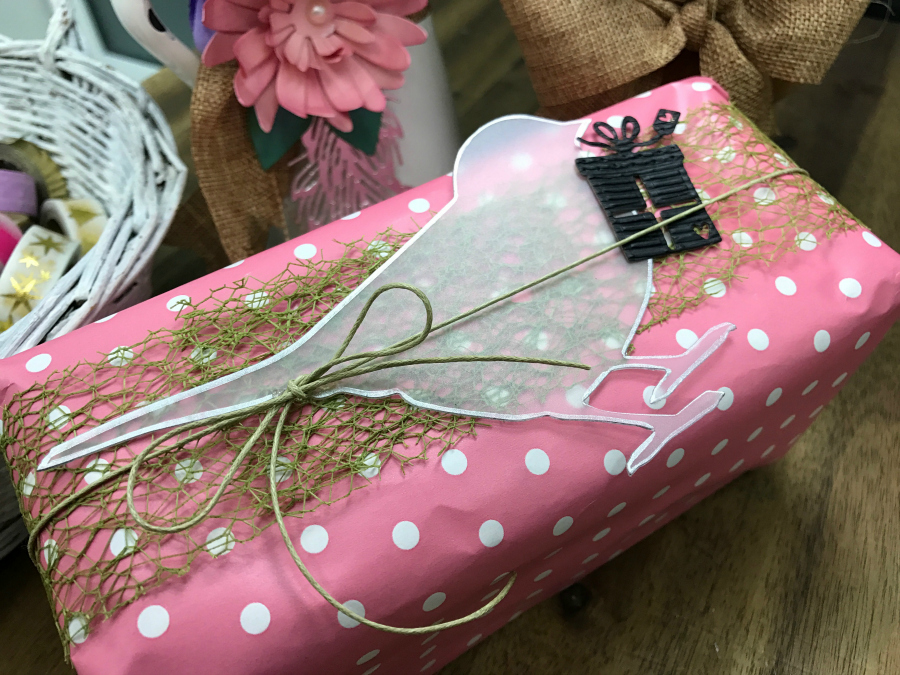 bird_gift_wrapping